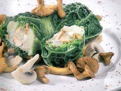 Römertopf mindestens 15 Minuten wässern.Für die vegetarischen Kohlrouladen die Kohlblätter in Salzwasser ca. 1 Minute blanchieren, kalt abschrecken