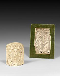 Baiser de paix cintré en ivoire sculpté d'un Christ avec la Vierge et Saint Jean dans une triple arcature.XVIe siècle.Plaquette en ivoire sculpté en bas-relief d'une scène de l'Annonciation dans une arcature gothique. XVe siècle.  PhotoBeaussant-Lefèvre