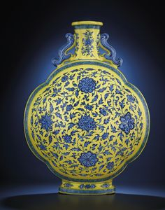 A very rare large yellow-ground blue and white quatrefoil moonflask, Yongzheng six-character sealmark and of the period Porcelain Ceramics, Ceramic Art, White Ceramics, Fine Porcelain, Traditional Chinese House, Ceramic Pinch Pots, Chinese Figurines, Vietnam, Oriental