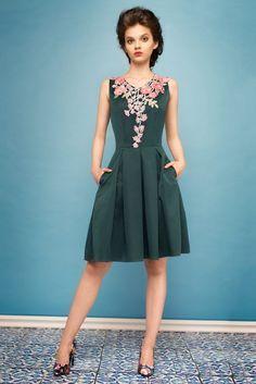 Sukienka rozkloszowana z kwiatową koronką zielona