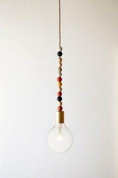 supermooie lamp voor een kinderkamer: zelf maken met kralen? (deze = CAMP)