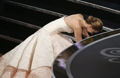 """Als Jennifer Lawrence sich den Oscar als """"beste Hauptdarstellerin"""" für """"Silver Linings"""" abholen will, fällt sie erst einmal."""