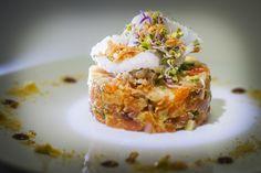 Tartar de salmón marinado con salsa picadely salpicón de verduras