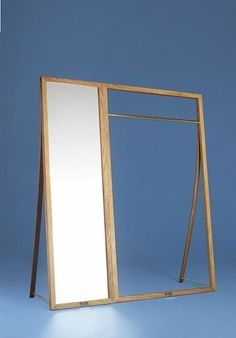 Framed er et nyt tøjstativ og et spejl - to separate møbler fra det elegante danske firma Nordic Tales Fremstillet i eg og messing. Designet af Jonas Hoejgaard.