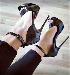 Black patent ankle strap platform sandals. Tacchi Close-Up #Shoes #Tacones #Heels