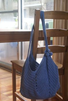 Solid Granny Square Botton Bag from Bobwilson123, also video tutorial and written pattern, so nice. the video as http://www.youtube.com/watch?v=20rR_DKk0FM written pattern http://www.bobwilson123.org/bags--purses.html