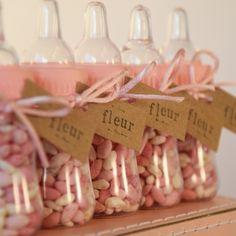 Klein babyflesje voor doopsuiker of bedankje, roze