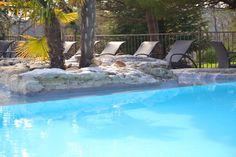 Au bord de la #piscine, des #transats sont à votre disposition pour une journée de bronzage #soleil #sun #chaleur #pool #palmier #paradis