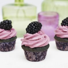 Baking with Honey: Blackberry & Honey Cupcakes Fruity Cupcakes, Honey Cupcakes, Yummy Cupcakes, Blackberry Cupcakes, Breakfast Cupcakes, Yummy Treats, Delicious Desserts, Sweet Treats, Yummy Food