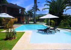 A piscina possui um desenho único: a prainha divide a parte destinada aos mergulhos do spa a céu aberto.