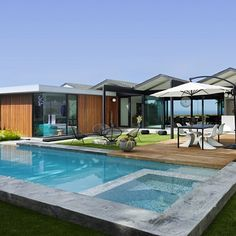 Pool and spa of this renovated mid-century modern home in Southern California. Credit: Crosby Doe Associates, Inc.
