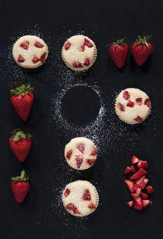 Erdbeer-Käsemuffins | Zeit: 25 Min. | http://eatsmarter.de/rezepte/erdbeer-kaesemuffins