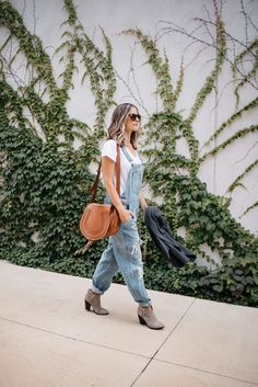 How To Wear Overalls This Fall (Without Looking Like A Farmer) - my kind of sweet Fall Outfits 2018, Fall Fashion Outfits, Casual Fall Outfits, Mom Outfits, Mom Fashion, Chic Outfits, Winter Outfits, Denim Outfits, Workwear Fashion