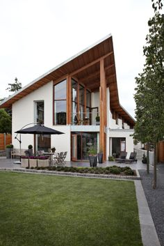 mooi huis: roof line straight up create open and hi ceiling half in the back of the house