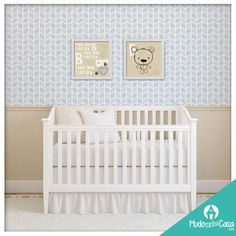 Neste quarto de bebê utilizamos o Papel de Parede Cubos e Poster cute bear para compor a decoração. Ficou lindo e delicado!