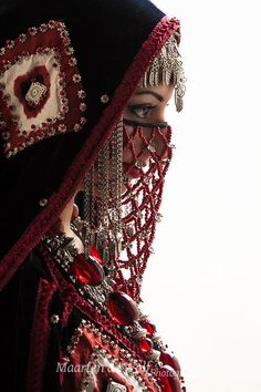 A bride from Yemen wearing a veil made of coral and an aqd necklace. The coral jewelry of the aqd necklace is worn because it is believed it protects from the evil eye. Arabian Women, Arabian Beauty, Arab Girls Hijab, Girl Hijab, Niqab Fashion, Fashion Mask, Yemen Women, Chica Fantasy, Face Jewellery