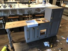Free plans to build this DIY Play Kitchen! This is a larger kitchen than you can find in stores so it is perfect for big kids and will grow with toddlers! Playhouse Furniture, Diy Kids Furniture, Diy Playhouse, Repurposed Furniture, Bedroom Furniture, Furniture Design, Plywood Furniture, Rustic Furniture, Kitchen Knobs