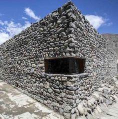 Muros de pedra levantam-se contra os ventos cortantes do Himalaia