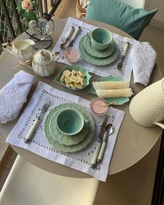 Dinner Room, Dinner Table, Breakfast Table Setting, Table Set Up, Decorating Coffee Tables, Easter Table, Serving Dishes, Shabby Chic Decor, Tea Pots