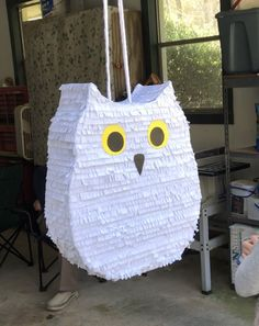 Owl Piñata DIY - Owl Piñata DIY Harry Potter Birthday Party, Hedwig, with step by step pictures. Harry Potter Motto Party, Harry Potter Invitations, Harry Potter Birthday Cake, Harry Potter Themed Party, Harry Potter Thema, Cumpleaños Harry Potter, Owl Birthday Parties, Owl Birthday Decorations, Owl Parties