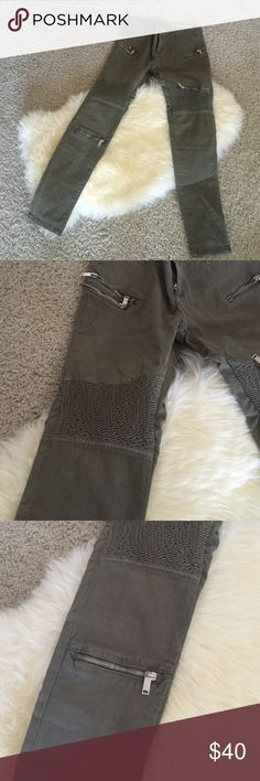Zara Cargo Skinny Pants Dark green Zara slim fit cargo pants that have never been worn. Medium rise size US 4. Zippers on back and sides of leg. They are SO cute but too big for me. Zara Pants Skinny