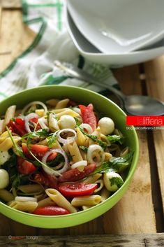 Insalata di pasta con pomodori, rucola e mozzarella - Ricette pasta fredda