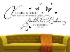 Vergiss nicht: Man braucht nur wenig, um ein glückliches Leben zu führen.  Ein wundervolles Zitat über das Leben von Marc Aurel das als Wandtattoo Wände schmückt.