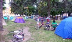 Cotignyork è anche una notte in tenda nei parchi Zanzi e Bacchettoni con al centro la scuola Arti e Mestieri... e in mezzo spettacoli, laboratori, cene e colazioni in strada, e scorribande notturne