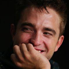 Pin for Later: Macht euch auf die heißesten Bilder von Robert Pattinson in Cannes gefasst