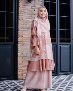 Discover recipes, home ideas, style inspiration and other ideas to try. Batik Fashion, Abaya Fashion, Muslim Fashion, Modest Fashion, Fashion Dresses, Mode Abaya, Mode Hijab, Model Baju Hijab, Model Kebaya Brokat Modern