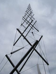 pipco:    Kenneth Snelson    (Source: likeafieldmouse)  http://kennethsnelson.net/sculptures/towers/e-c-column-2/