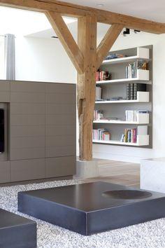 Vlak met boeken planken. Leuk idee voor de wand naast het kleine zijraam.