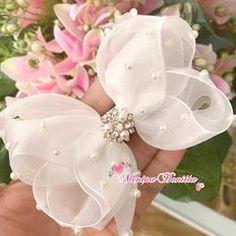 It is common to see decoration items, clothes and even cakes and other types of candy with bows and ornaments that resemble the piece. Diy Lace Ribbon Flowers, Ribbon Hair Bows, Diy Hair Bows, Fabric Flowers, Baby Girl Hair Accessories, Handmade Hair Bows, Gift Bows, Boutique Hair Bows, Diy Bow
