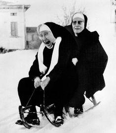 Due suore con lo slittino a Fornova, Parma, 1971