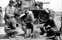 ― 𝓘𝓶𝓹𝓪𝓻𝓽𝓲𝓪𝓵 𝓗𝓲𝓼𝓽𝓸𝓻𝔂さん( 「The crew of a Panzer III Ausf G. Pose for a photo in the Cyrenaica desert, summer