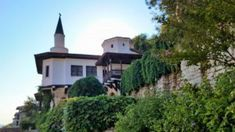 Excursie de o zi in Balcic Bulgaria - Trivo. Bulgaria, Mansions, House Styles, Home Decor, Decoration Home, Room Decor, Fancy Houses, Mansion, Manor Houses