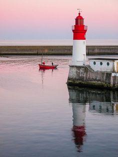 Soirée tranquille dans le port du Guilvinec, Finistère. Quiet evening in the…