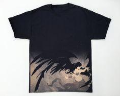 Nouvelle marque 100 % coton t-shirt  À la main, blanchi avec une image graphique inspirée par l'ange déchu, Morgana, de League of Legends. Ce un design one-of-a-kind et une chemise one-of-a-kind: il n'y aura plus comme ça! La coupe de vaste et complexe à la main de conception nécessitée pochoirs avec plusieurs étapes de blanchiment (et est un prix en conséquence). Il s'agit d'une chemise impressionnante et étonnante avec un design de grande échelle.  Lavé avec un détergent à lessive…