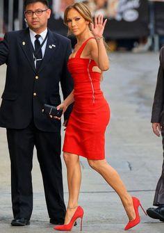 Дженифър и малката й червена рокля
