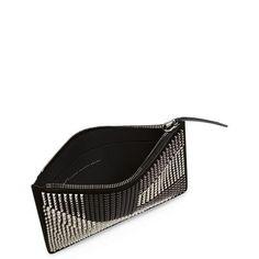 Clutch EDGE, Giuseppe Zanotti Design com aplicações de tachas em diferentes estilos preto e prata em couro, o design cravejado adicionou ao acessório um detalhe clássico e moderno. #ClutchGiuseppeZanottiDesign #BAGS