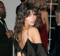 Do you like your wavy hair and do not change it for anything? But it's not always easy to put your curls in value … Need some hairstyle ideas to magnify your wavy hair? Bangs Wavy Hair, Short Hair With Bangs, Curly Hair Styles, Wavy Haircuts, Hairstyles With Bangs, Updo Hairstyle, Prom Hairstyles, Grunge Hair, Hair Looks