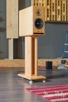 Jean-Marie Reynaud Offrande Supreme V2 Speaker Box Diy, Speaker Box Design, Speaker Stands, Music Speakers, Hifi Speakers, Bookshelf Speakers, Hifi Video, Audio Stand, Audio Rack