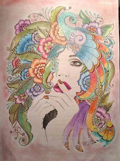 Mulher, flores e pavão