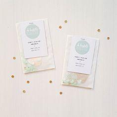 Die liebe Sandra von @ohkonfetti hat uns Post geschickt! ♡ Wunderbare Papierdeko, besondere Visitenkarten (siehe Bild), Hochzeitsdekokärtchen uvm. Hach, einfach wunderbar, wenn Menschen so hübsche Sachen machen! #schönesachenfürmich #konfettidreams #papercraft #diy