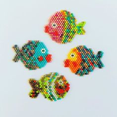 La famille s'agrandit. Motifs Perler, Perler Patterns, Peyote Patterns, Beading Patterns, Fish Patterns, Seed Bead Patterns, Jewelry Patterns, Beading Projects, Beading Tutorials