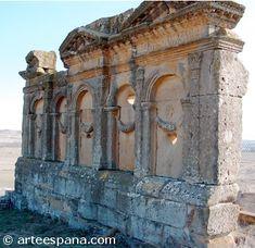 LAS TUMBAS. Las tumbas romanas derivan de las etruscas, aunque con el tiempo fueron adquiriendo una mayor libertad y complejidad. Todas las tumbas se encontraban fuera de la ciudad. El rito funerario podía ser por inhumación o por incineración.
