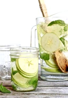 White Sangria with Apple & Mint: 1 bottle of dry white wine, such as sauvignon blanc 1 cup all natural lemonade cup triple sec club soda 4 granny smith apples, thinly sliced 1 bunch of mint ice Sangria Recipes, Cocktail Recipes, Cocktails, Martinis, Triple Sec, Sauvignon Blanc, Party Drinks, Fun Drinks, Beverages