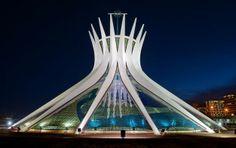 """La """"cattedrale di Brasilia"""", in Brasile, è una struttura iperboloide in cemento armato e vetro, inaugurata nel 1970.  I 16 pilastri identici, a sezione iperbolica e del peso di 90 tonnellate ciascuno rappresentano due mani in movimento verso il cielo.  Condividete e seguiteci su:  http://momentoingegneria.wordpress.com/"""