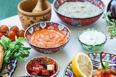 Inviter til gresk smaksfest neste gang du skal lage mat til mange! Mediterranean Style, Fresh Rolls, Cantaloupe, Fruit, Ethnic Recipes, Food, Country, Spinach, Rural Area