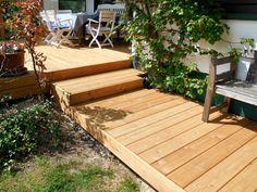 Holzterrasse mit Treppe und Weg aus Lärche-Terrassendielen von Holzhandel-Deutschland